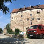 RedBulli vor der Burg Abenberg