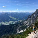 Von den Steinbergen in den lichten Latschenwald im Abstieg von der Passauer Hütte
