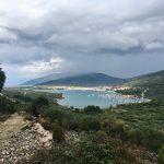 Blick vom Wanderweg auf die Bucht von Cres
