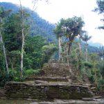 Erste Relikte der Cuidad Perdida tauchen im Urwald auf