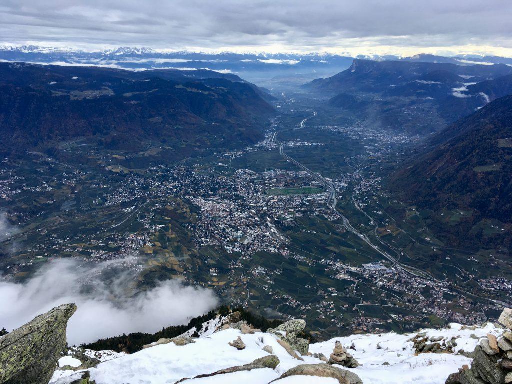 Blick hinunter nach Meran und Dorf Tirol