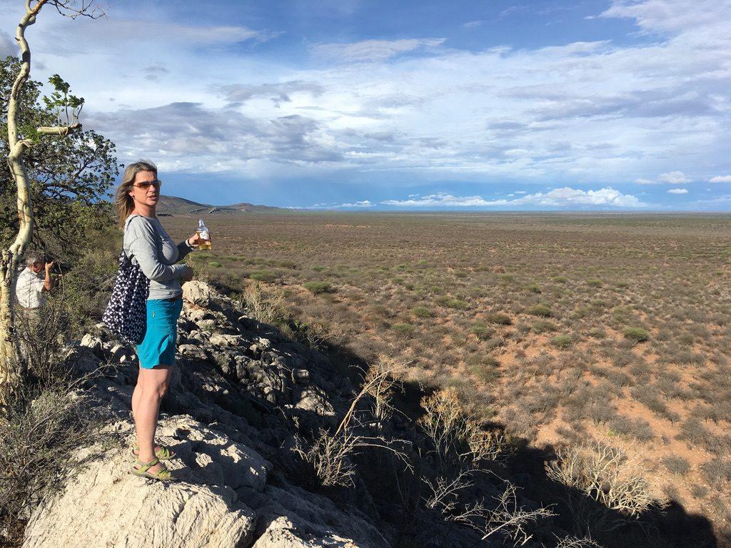 Blick über's Farmgelände bis weit in die Kalahari