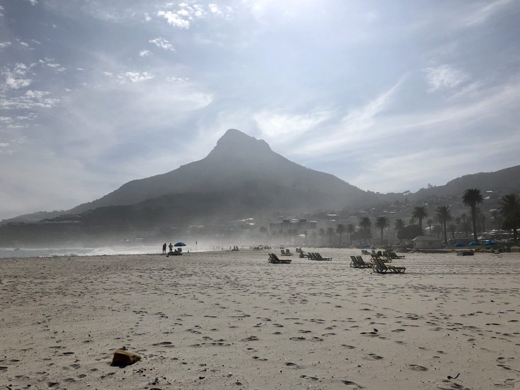 Camps Bay im Morgennebel