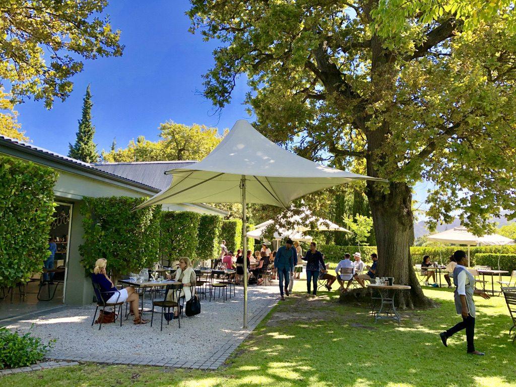 Weinprobe im Garten des Grande Provence