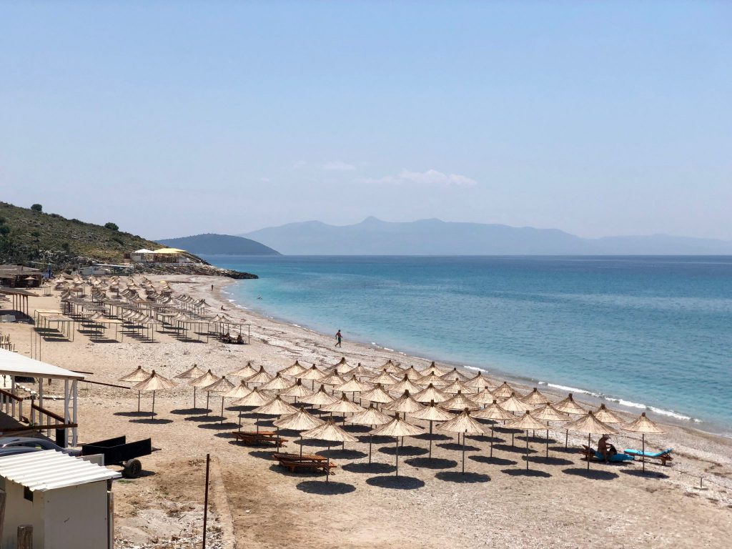 Lukovë Strand - im Hintergrund Korfu