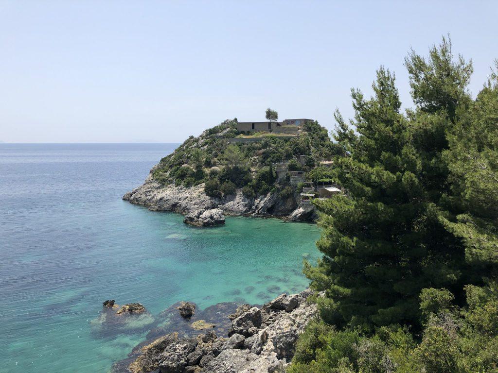 Türkis-blaues Wasser und alte Militäranlagen