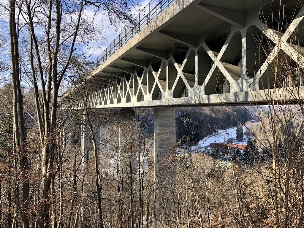 Überspannt das Mangfalltal: Autobahnbrücke