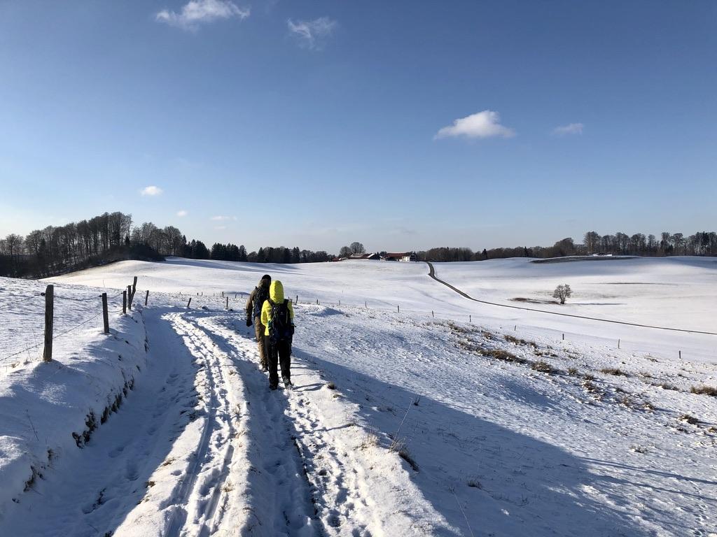 Weite Schnee-Landschaft bei der Weyarner Linde