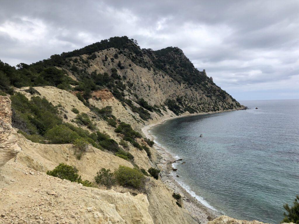 Aussicht zurück zum steilen Abstieg vom Puig de des Torrentes