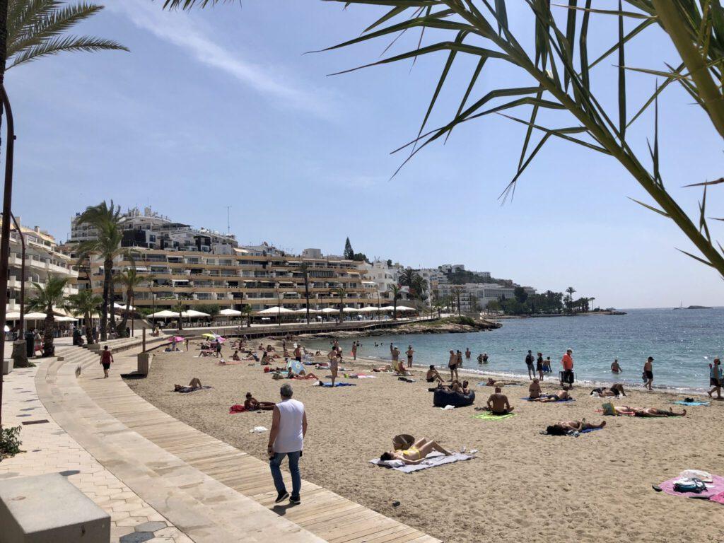 Am Strand Figueretes in Eivissa