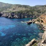 Auf steilen Weg zur Bucht Cala d'en Serra
