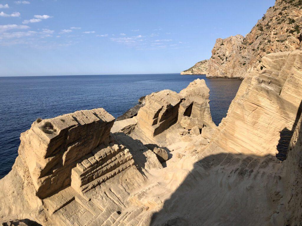Deutliche Abbau-Spuren im Sandsteinbruch